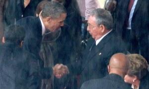 Nelson Mandela and Raul Castro shake hands
